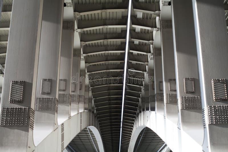 Κατασκευή γεφυρών οι γεωμετρικές μεταλλικές μορφές στην αρχιτεκτονική αντιτίθενται έννοια στοκ φωτογραφίες με δικαίωμα ελεύθερης χρήσης