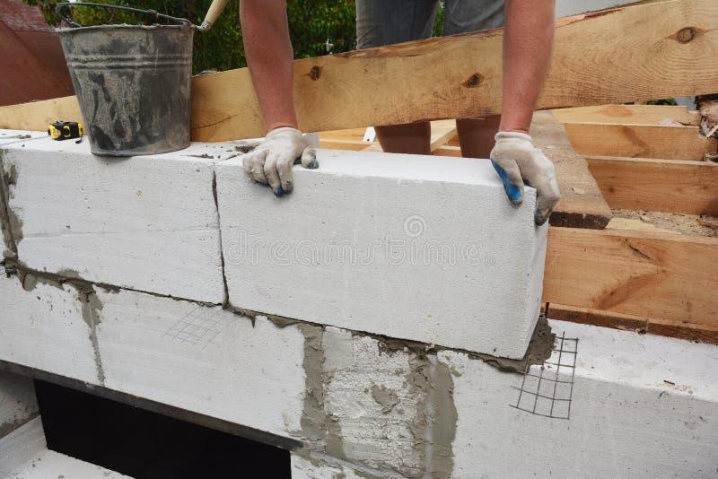 Κατασκευή δομικών πλακών για την τοποθέτηση αυτόκλειστων αεριούχων τσιμεντένιων τοιχωμάτων, για νέο οικιακό τοίχωμα στοκ φωτογραφίες με δικαίωμα ελεύθερης χρήσης