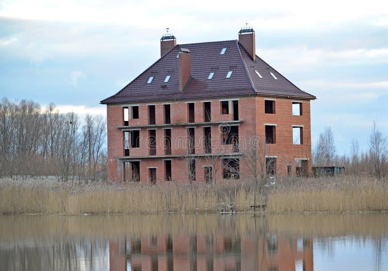 Κατασκευή ενός εξοχικού σπιτιού διαμερισμάτων στην τράπεζα της λίμνης στοκ φωτογραφίες με δικαίωμα ελεύθερης χρήσης