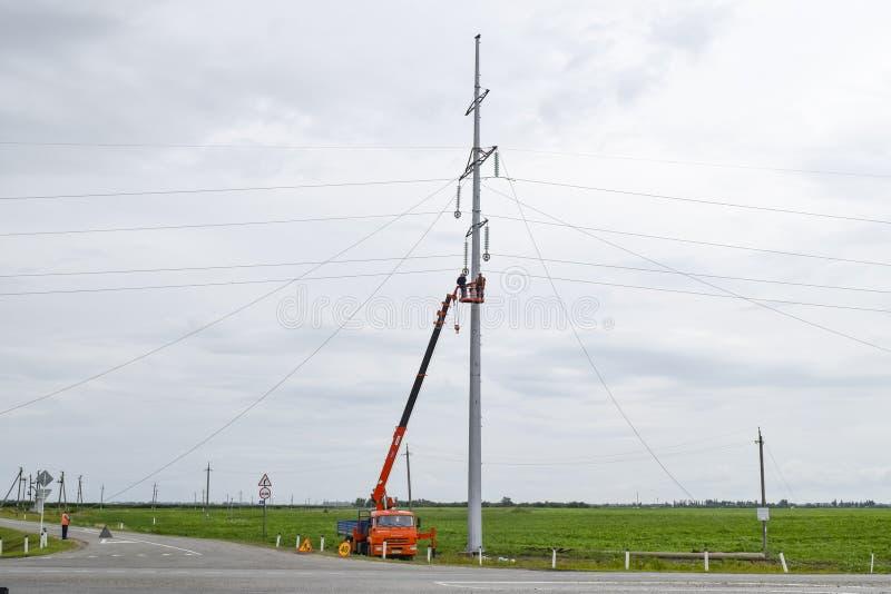 Κατασκευή ενός υψηλής τάσεως ηλεκτροφόρου καλωδίου Συνέλευση και εγκατάσταση της νέας υποστήριξης ενός ηλεκτροφόρου καλωδίου στοκ εικόνα με δικαίωμα ελεύθερης χρήσης