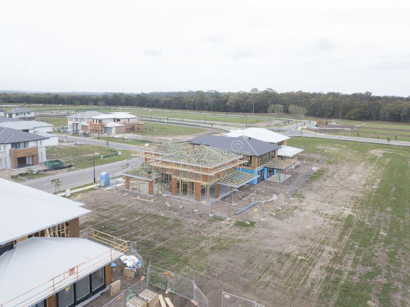 Κατασκευή καινούργιων σπιτιών σε μια τσιμεντένια πλάκα 2 εγχώριο σχέδιο ορόφων στοκ φωτογραφία