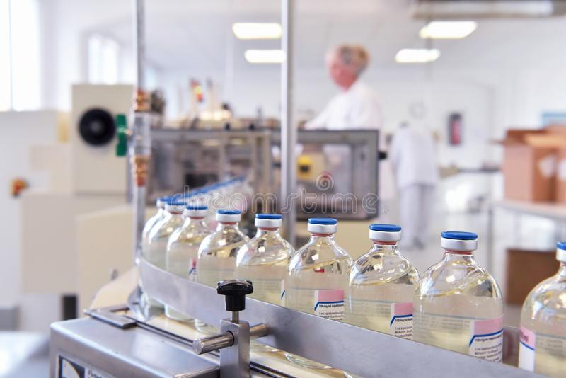 Κατασκευή και εμφιάλωση των φαρμάκων σε μια φαρμακευτική παραγωγή στοκ εικόνα με δικαίωμα ελεύθερης χρήσης