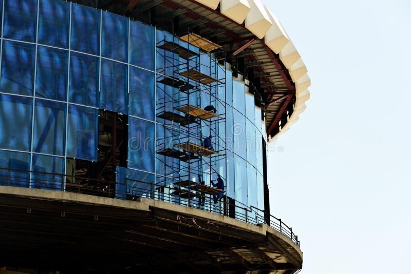 Κατασκευή και εργασία εγκαταστάσεων στο ύψος στοκ φωτογραφία