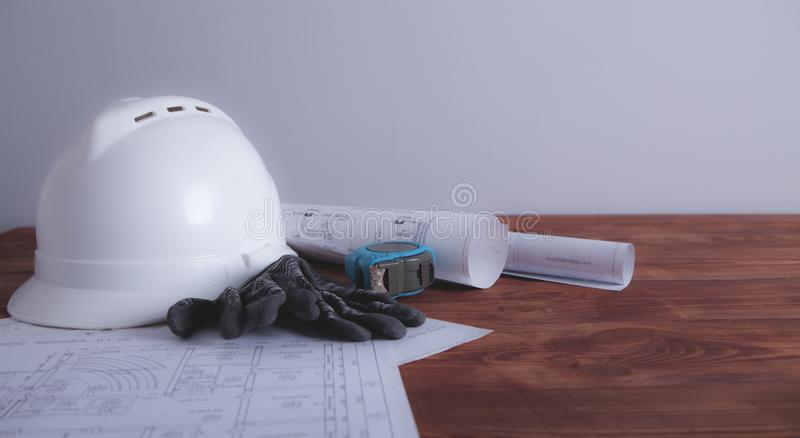Κατασκευή και ξύλινο υπόβαθρο στοκ εικόνα με δικαίωμα ελεύθερης χρήσης