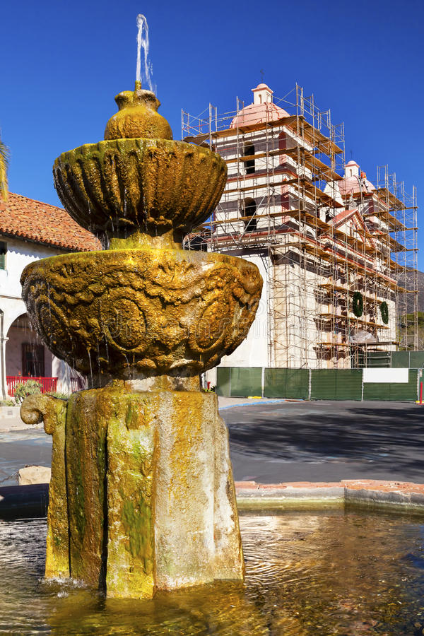Κατασκευή Καλιφόρνια Santa Barbara αποστολής πλίθας πηγών στοκ εικόνα με δικαίωμα ελεύθερης χρήσης