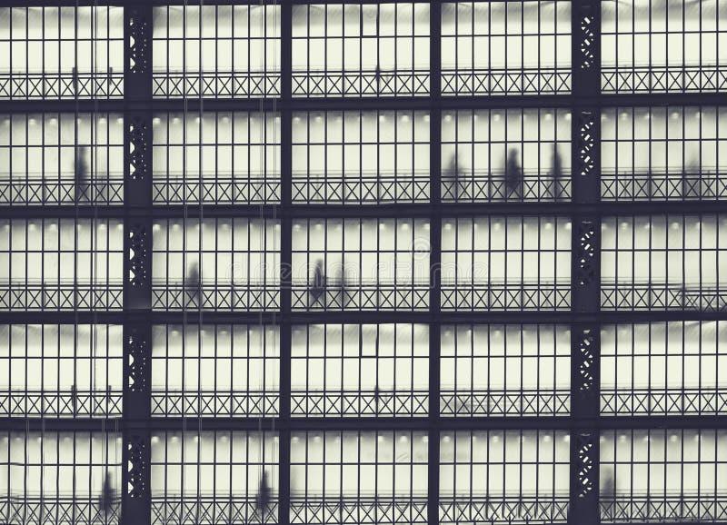 Κατασκευή μετάλλων με τις σκιαγραφίες των ανθρώπων στη βιασύνη στοκ φωτογραφίες με δικαίωμα ελεύθερης χρήσης