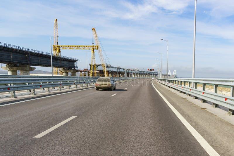 Κατασκευή μιας γέφυρας σιδηροδρόμων κοντά στην οδική γέφυρα πέρα από το στενό Kerch στοκ εικόνα
