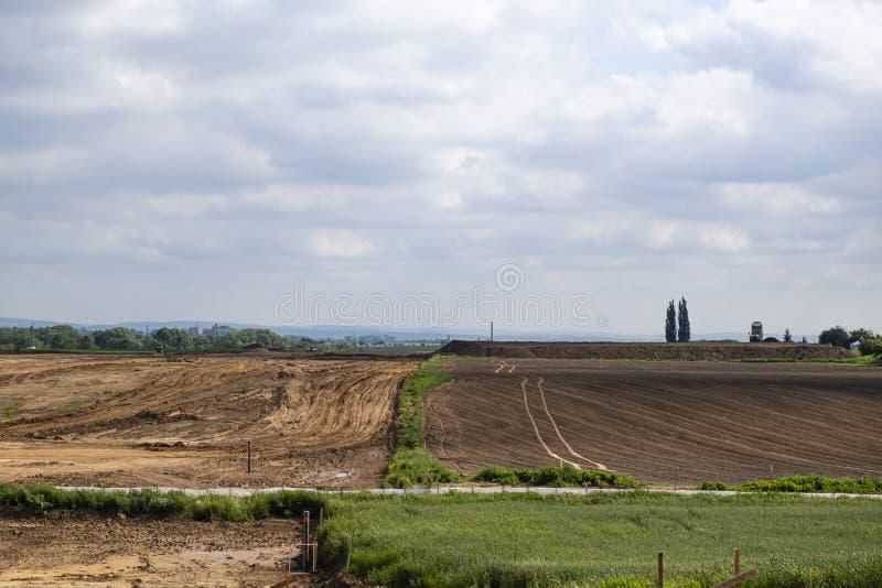 Κατασκευή μιας νέας εθνικής οδού στη γεωργική περιοχή στοκ φωτογραφίες
