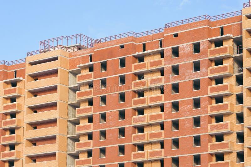 Κατασκευή μιας πολυκατοικίας ενάντια στο μπλε ουρανό στοκ εικόνες
