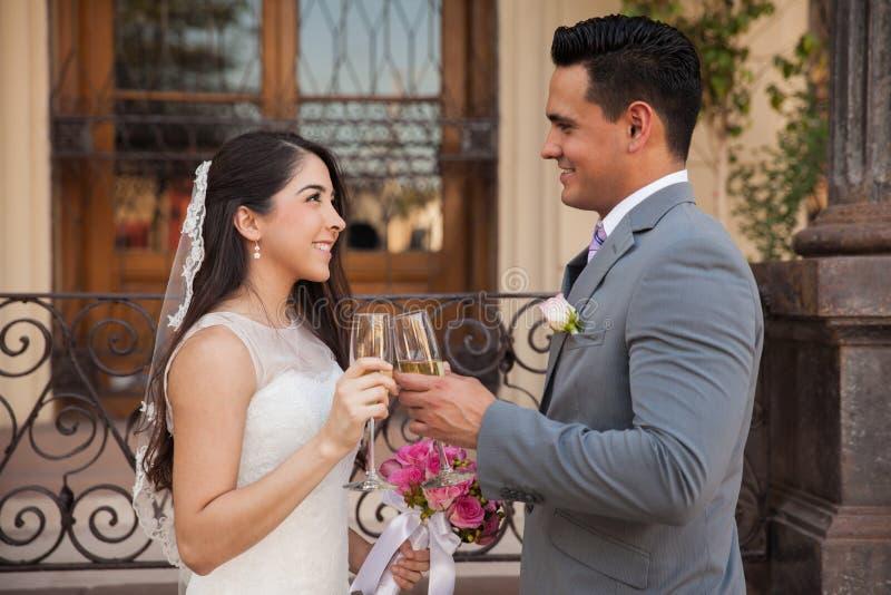 Κατασκευή μιας φρυγανιάς στο γάμο τους στοκ εικόνα με δικαίωμα ελεύθερης χρήσης