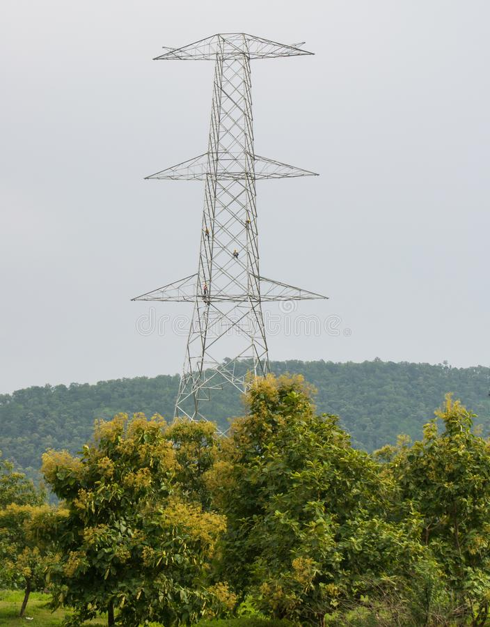Κατασκευή πύργων μετάδοσης ηλεκτρικής ενέργειας με τους εργαζομένους στοκ εικόνες