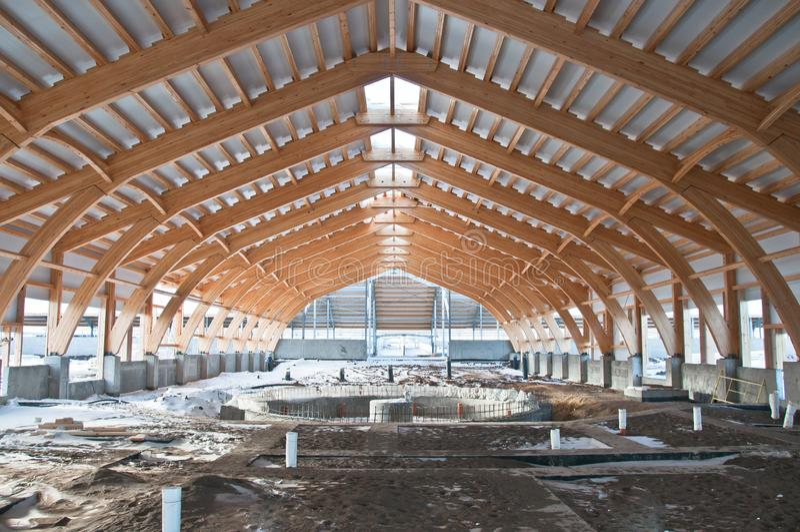 Κατασκευή στεγών της τοποθετημένης σε στρώματα ξυλείας καπλαμάδων στοκ φωτογραφία με δικαίωμα ελεύθερης χρήσης