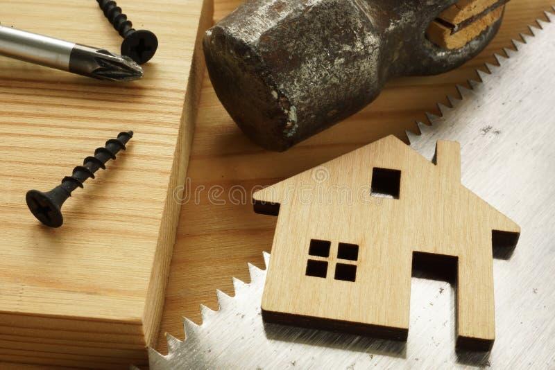Κατασκευή της έννοιας σπιτιών και ανακαίνισης Πριόνι και σφυρί χεριών στοκ φωτογραφία με δικαίωμα ελεύθερης χρήσης