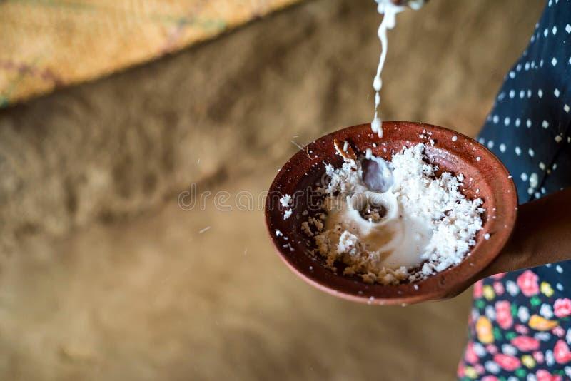 Κατασκευή της ζύμης κόπρας με το γάλα στοκ εικόνες