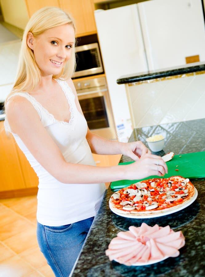 Κατασκευή της πίτσας στοκ εικόνες