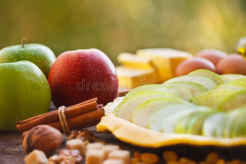 Κατασκευή της σπιτικής κρούστας πιτών μήλων στοκ φωτογραφίες με δικαίωμα ελεύθερης χρήσης