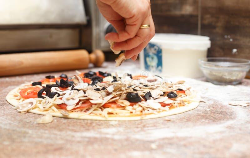 Κατασκευή της χορτοφάγου πίτσας στοκ εικόνα