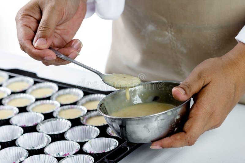 Κατασκευή του κέικ μπανανών στοκ φωτογραφίες