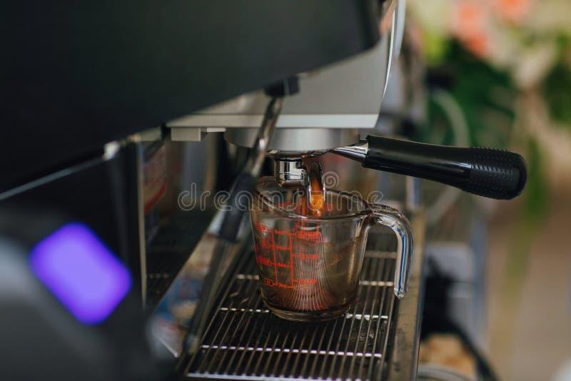 Κατασκευή του καφέ στην επαγγελματική μηχανή καφέ επιλογή εστίασης στοκ εικόνα με δικαίωμα ελεύθερης χρήσης