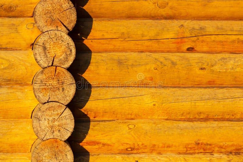 Κατασκευή του ξύλινου σπιτιού από τα στρογγυλά κούτσουρα Το Blockhouse καταγράφει κοντά επάνω στοκ εικόνες