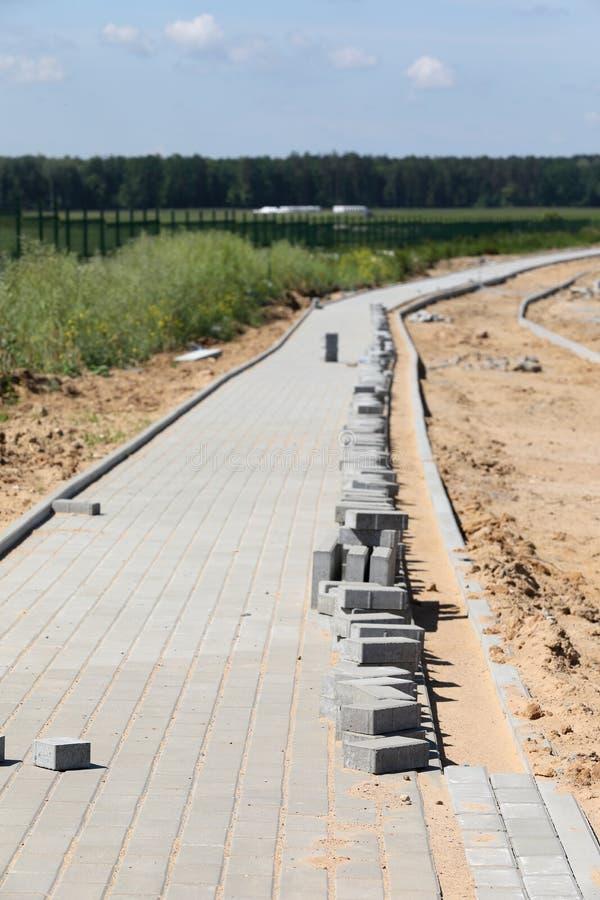 Κατασκευή του πεζοδρομίου με το συγκεκριμένο τούβλο στοκ εικόνες με δικαίωμα ελεύθερης χρήσης