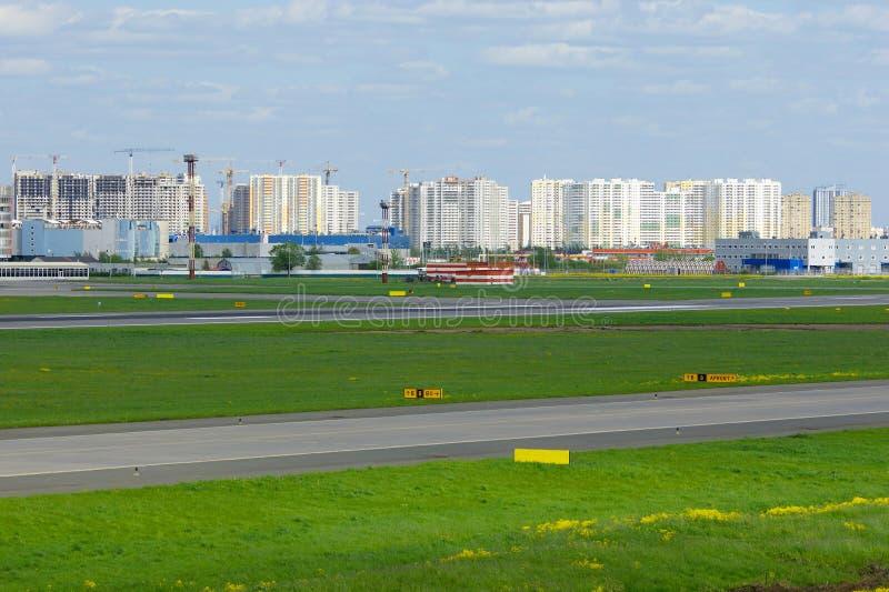 Κατασκευή των κατοικημένων σπιτιών κοντά σε Pulkovo στην Άγιος-Πετρούπολη, Ρωσία στοκ εικόνα