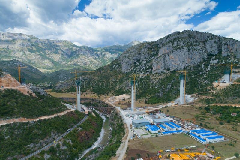 Κατασκευή των στηλών γεφυρών μιας νέας εθνικής οδού μέσω του φαραγγιού Moraca στο Μαυροβούνιο στοκ φωτογραφία με δικαίωμα ελεύθερης χρήσης