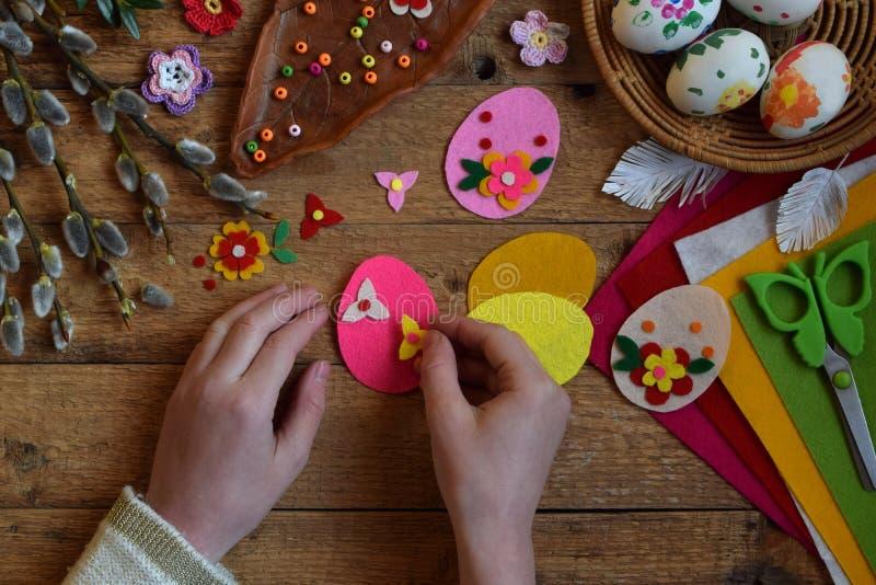 Κατασκευή των χειροποίητων αυγών Πάσχας από αισθητός με τα χέρια σας Έννοια παιδιών DIY Παραγωγή της διακόσμησης ή της ευχετήριας στοκ εικόνες