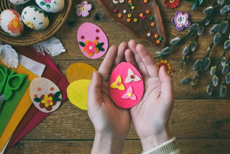 Κατασκευή των χειροποίητων αυγών Πάσχας από αισθητός με τα χέρια σας Έννοια παιδιών DIY Παραγωγή της διακόσμησης ή της ευχετήριας στοκ φωτογραφία