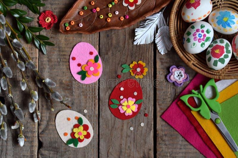 Κατασκευή των χειροποίητων αυγών Πάσχας από αισθητός με τα χέρια σας Έννοια παιδιών DIY Παραγωγή της διακόσμησης ή της ευχετήριας στοκ εικόνες με δικαίωμα ελεύθερης χρήσης