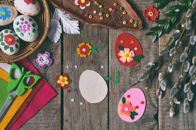 Κατασκευή των χειροποίητων αυγών Πάσχας από αισθητός με τα χέρια σας Έννοια παιδιών DIY Παραγωγή της διακόσμησης ή της ευχετήριας στοκ φωτογραφία με δικαίωμα ελεύθερης χρήσης