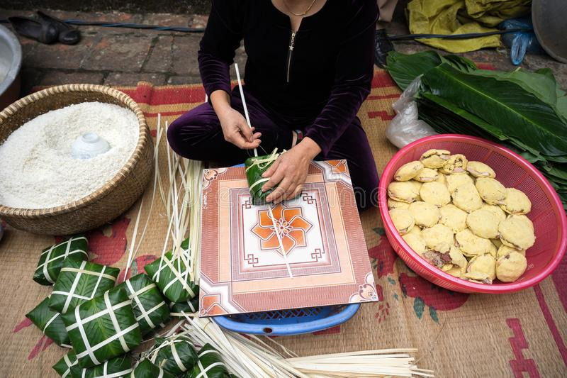 Κατασκευή Chung του κέικ από τη θηλυκή κινηματογράφηση σε πρώτο πλάνο βιοτεχνών Παραδοσιακά βιετναμέζικα νέα τρόφιμα Tet έτους στοκ φωτογραφίες