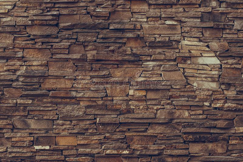 Κατασκευασμένη επιφάνεια ενός καφετιού βρώμικου τοίχου πετρών Παλαιό τούβλινο υπόβαθρο τοίχων Συγκεκριμένο σχέδιο τοίχων τούβλων  στοκ φωτογραφία με δικαίωμα ελεύθερης χρήσης