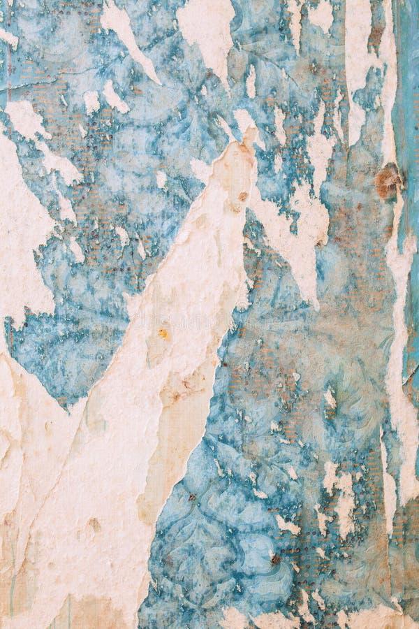 Κατασκευασμένος τοίχος με την παλαιά ταπετσαρία στοκ εικόνα