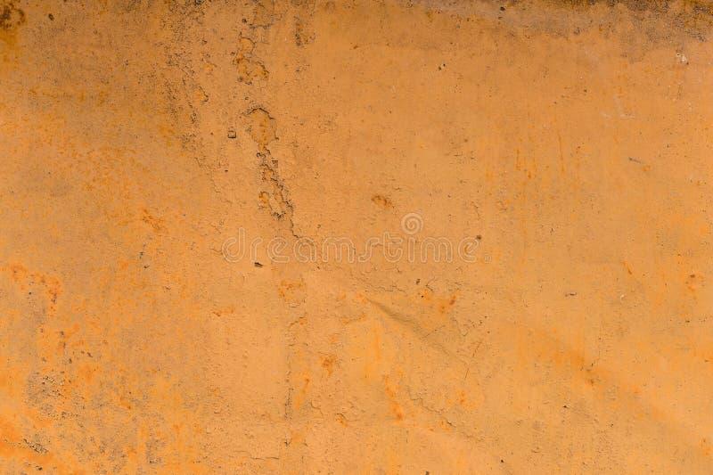 Κατασκευασμένο υπόβαθρο ενός εξασθενισμένου κίτρινου χρώματος με τις οξυδωμένες ρωγμές στο οξυδωμένο μέταλλο Σύσταση Grunge ενός  στοκ φωτογραφία