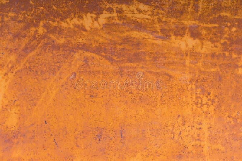 Κατασκευασμένο υπόβαθρο ενός εξασθενισμένου κίτρινου χρώματος με τις οξυδωμένες ρωγμές στο οξυδωμένο μέταλλο Σύσταση Grunge ενός  στοκ εικόνα με δικαίωμα ελεύθερης χρήσης