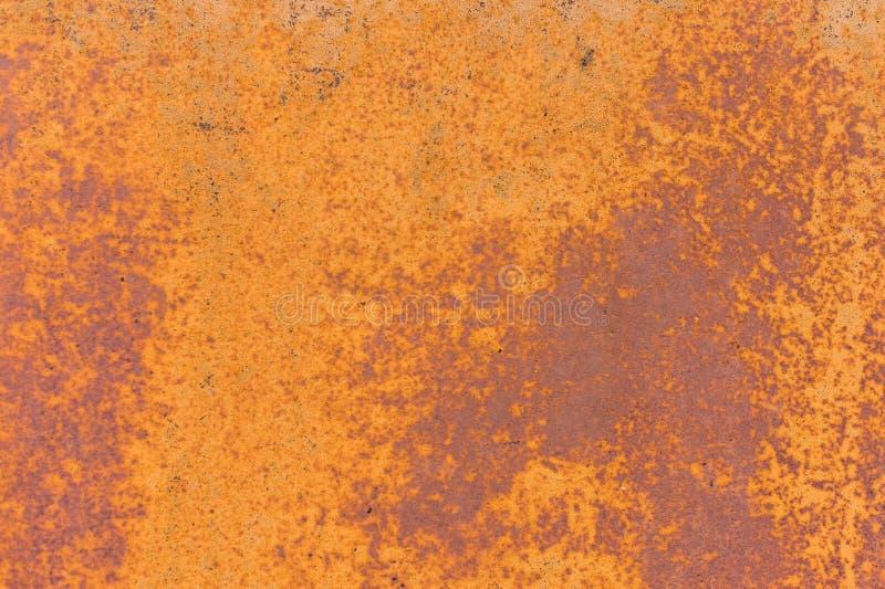 Κατασκευασμένο υπόβαθρο ενός εξασθενισμένου κίτρινου χρώματος με τις οξυδωμένες ρωγμές στο οξυδωμένο μέταλλο Σύσταση Grunge ενός  στοκ εικόνες με δικαίωμα ελεύθερης χρήσης