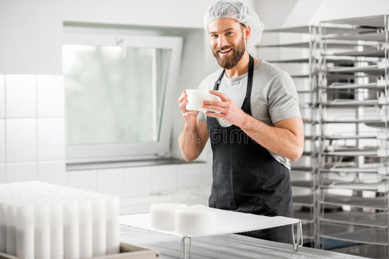 Κατασκευαστής τυριών στην κατασκευή στοκ εικόνα με δικαίωμα ελεύθερης χρήσης