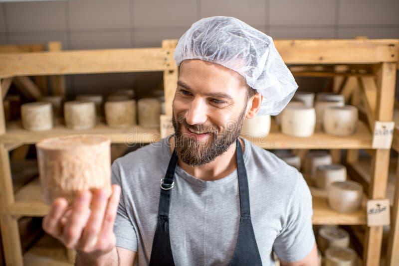 Κατασκευαστής τυριών στο κελάρι στοκ φωτογραφία