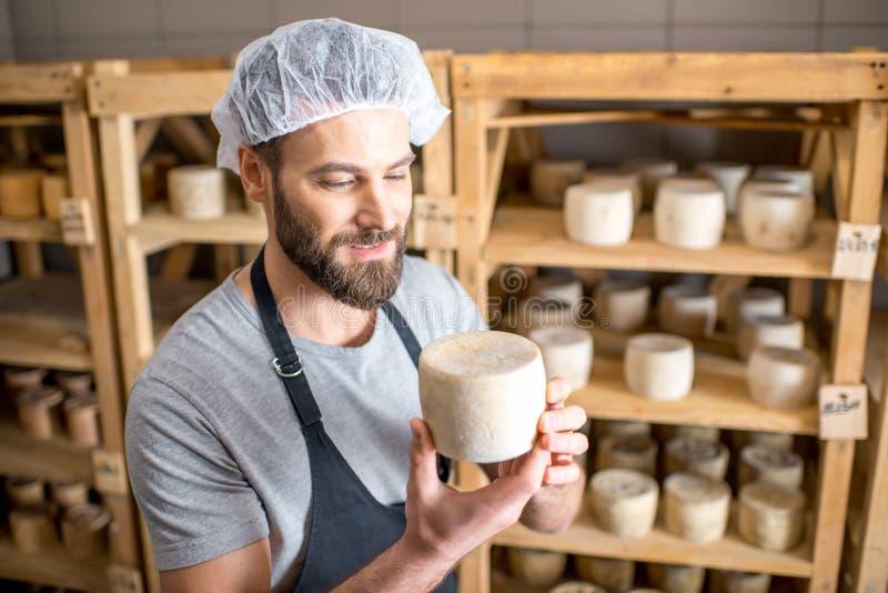 Κατασκευαστής τυριών στο κελάρι στοκ φωτογραφίες με δικαίωμα ελεύθερης χρήσης