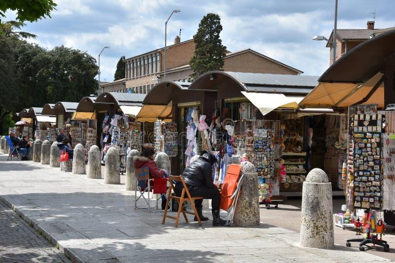 Καταστήματα αναμνηστικών στη Σάντα Μαρία Angeli, Ουμβρία στοκ εικόνες