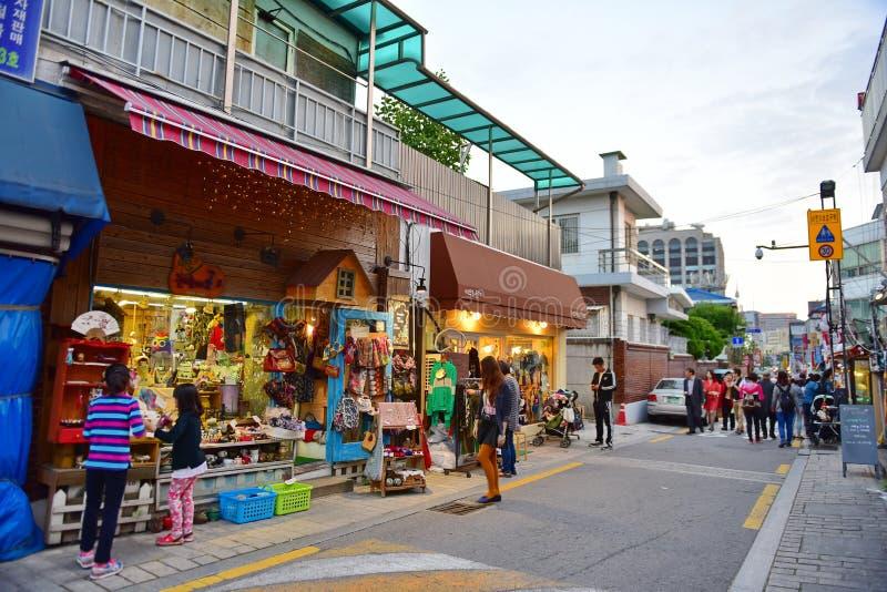 Καταστήματα και εστιατόρια στο χωριό Bukchon Hanok, ένα κορεατικό παραδοσιακό χωριό στοκ εικόνα με δικαίωμα ελεύθερης χρήσης