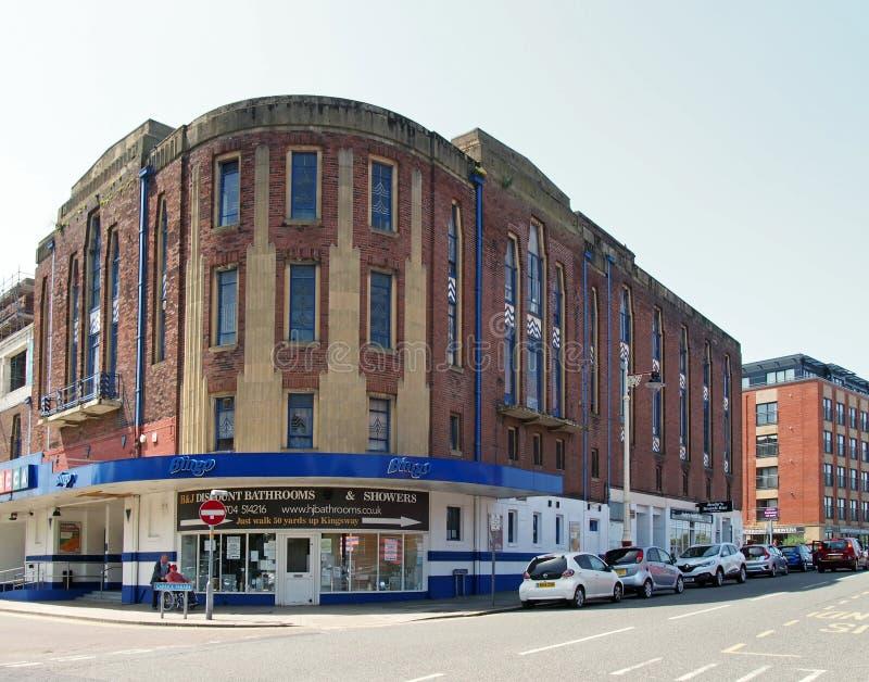 Καταστήματα και μια αίθουσα bingo στην οδό Λόρδου southport στο προηγούμενο θέατρο garrick που χτίζει ένα παράδειγμα του deco τέχ στοκ εικόνες