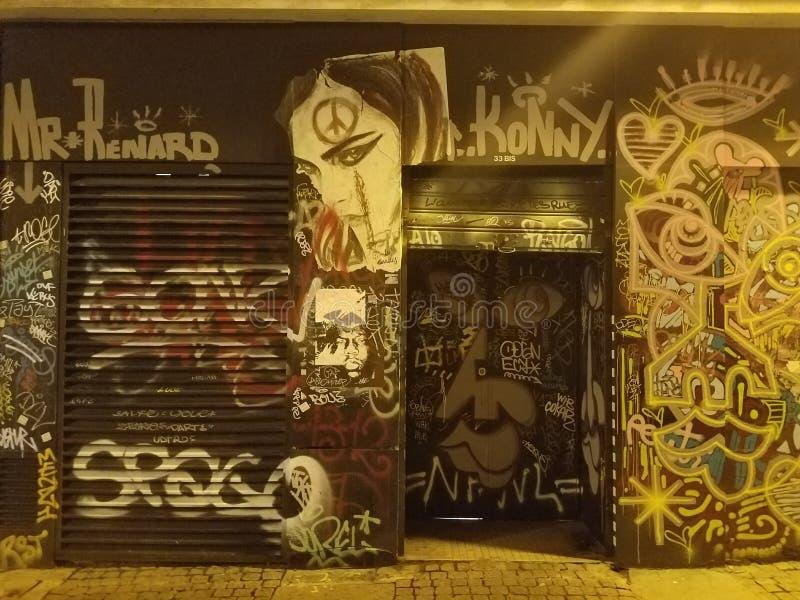 Καταστήματα που καλύπτονται Γαλλία στα γκράφιτι Παρίσι, στοκ εικόνες