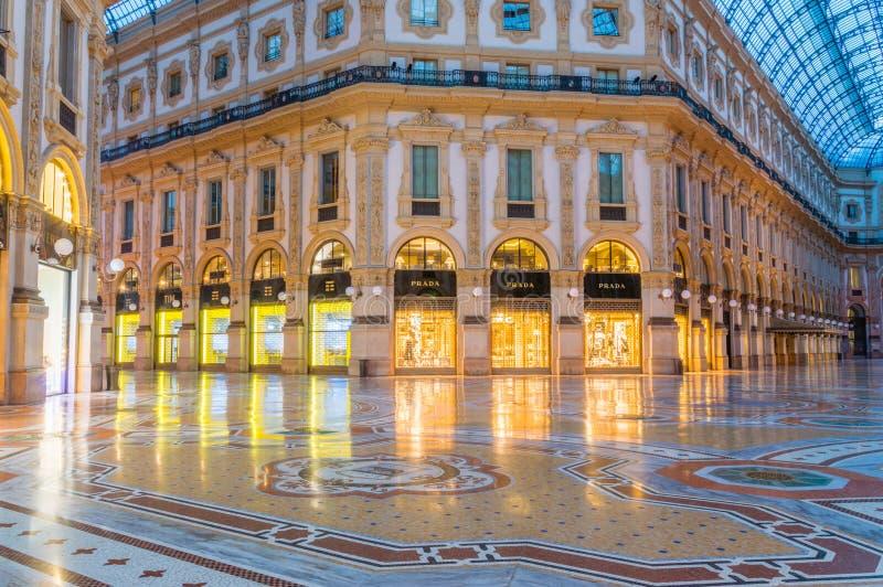 Καταστήματα σε Galleria Vittorio Emanuele ΙΙ τη νύχτα στοκ εικόνες