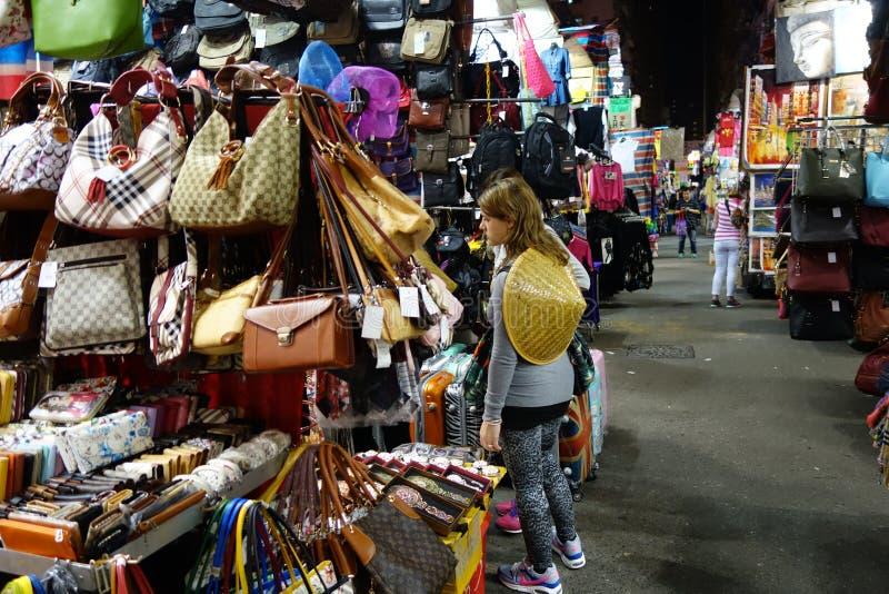 Καταστήματα τουριστών για διατιμημένες τη συμφωνία μόδα και περιστασιακή την ένδυση σε Mong στοκ εικόνες
