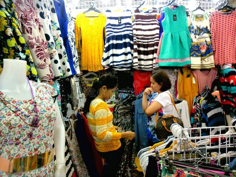 Καταστήματα Bazaar στο εμπορικό κέντρο greenhills στοκ εικόνες