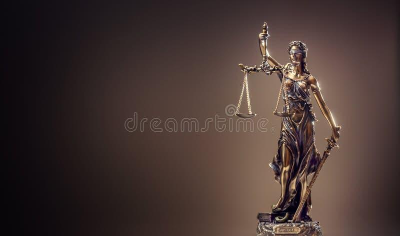 Καταστατικό της δικαιοσύνης Άγαλμα χαλκού κλίμακες γυναικείας Justice εκμετάλλευσης στοκ εικόνα με δικαίωμα ελεύθερης χρήσης