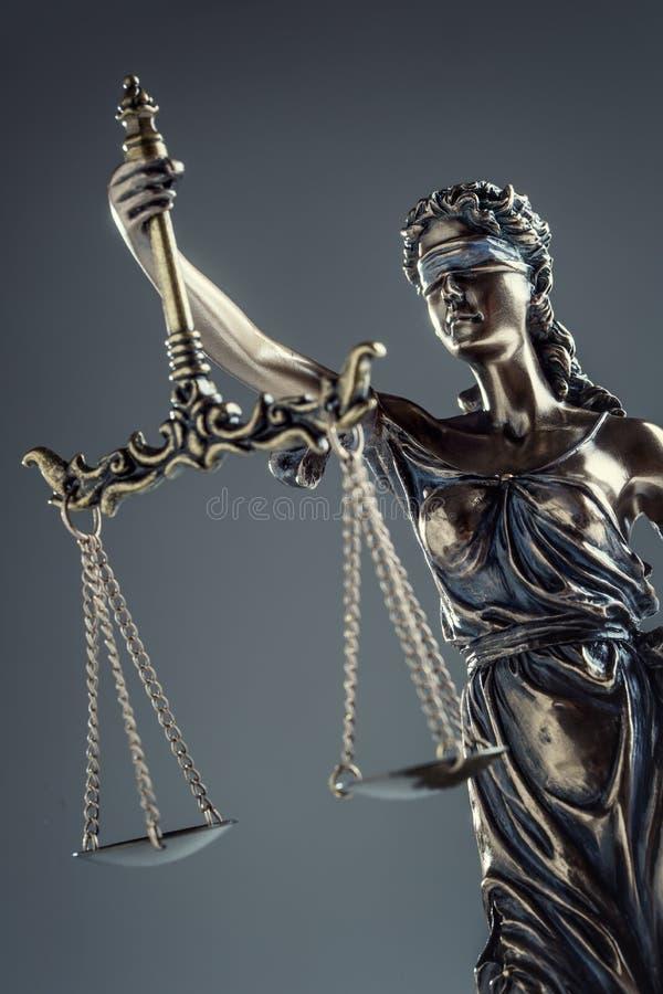 Καταστατικό της δικαιοσύνης Άγαλμα χαλκού κλίμακες γυναικείας Justice εκμετάλλευσης στοκ φωτογραφίες με δικαίωμα ελεύθερης χρήσης