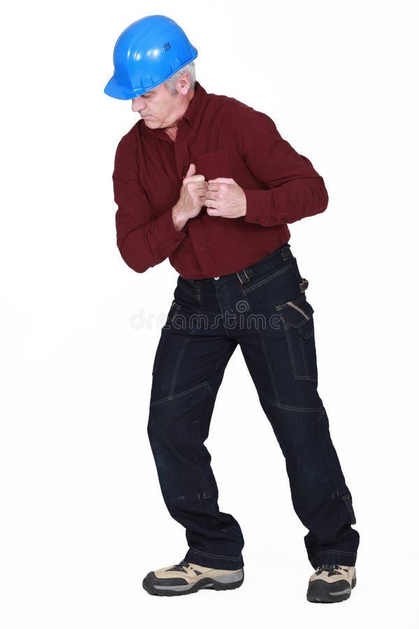 Καταστηματάρχης που κοιτάζει επίμονα στο πάτωμα στοκ εικόνες